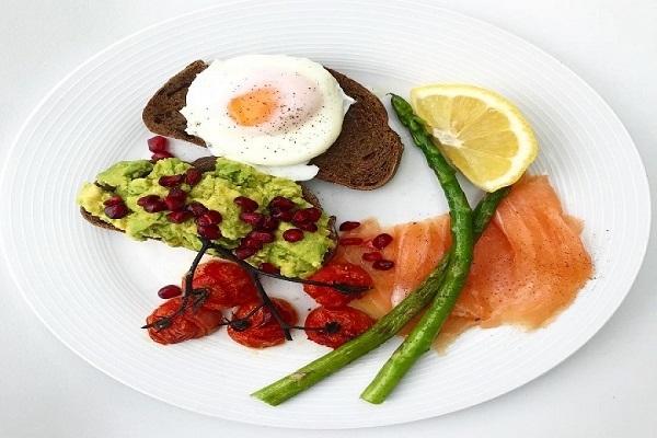 Ολόκληρο το αυγό ή μόνο το ασπράδι; Τι είναι πιο υγιεινό σύμφωνα με τους Διατροφολόγους;