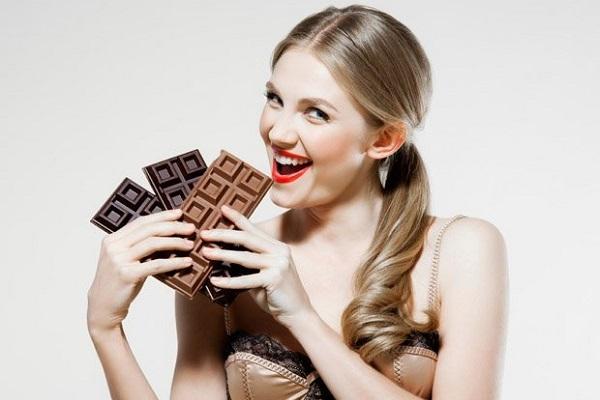 Οι επιστήμονες αποφάσισαν: «πρέπει να τρώμε σοκολάτα κάθε μέρα, αλλά…». Ποια είναι τα οφέλη και τι να προσέχετε
