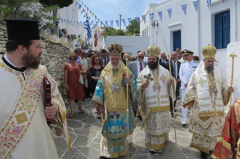Τρισαρχιερατική Θεία Λειτουργία στον Ιερό Μητροπολιτικό Ναό του Αγίου Σπυρίδωνος, στην Απολλωνία της Σίφνου