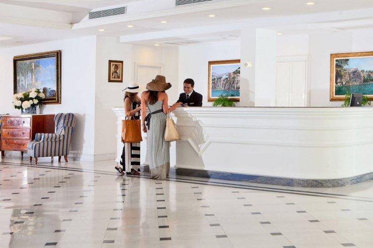 Ελεγκτές της ΑΑΔΕ εντόπισαν ξενοδοχείο στη Μύκονο το οποίο δεν είχε κόψει αποδείξεις σε πελάτες αξίας 17.000 ευρώ!!