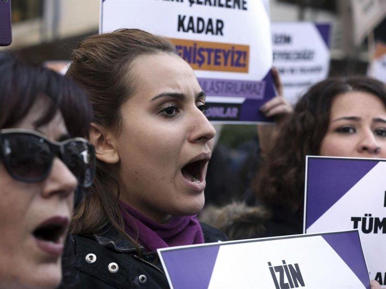 """Ενα οπισθοδρομικό νομοσχέδιο """"Παντρέψου τον βιαστή σου"""" αναμένεται να εισαχθεί στο Τουρκικό κοινοβούλιο"""