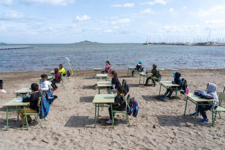 Covid-19 Outdoor Learning: Μάθημα στην παραλία!! Εν μέσω πανδημίας, έστησαν θρανία και πίνακα στην αμμουδιά σε σχολείο στην Ισπανία [Video+pics]
