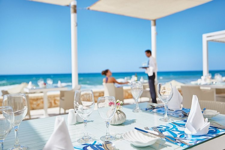 New rules: Food, tourism staff in six tourist spots in Greece obliged to take twice-weekly Covid-19 tests