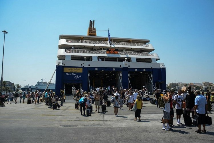 Traveling to an island: Το αδιαχώρητο στο λιμάνι του Πειραιά για την πρώτη μαζική έξοδο του καλοκαιριού!!