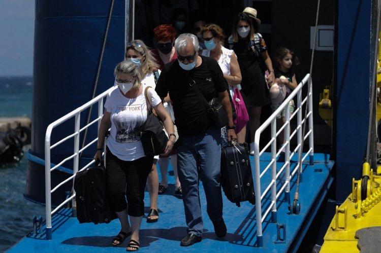 Coronavirus: Πιο αυστηρά μέτρα εξετάζονται  για όσους δεν έχουν εμβολιαστεί και επιστρέφουν από τα νησιά