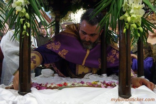, Η Ακολουθία των Μεγάλων Βασιλικών Ωρών και της Αποκαθήλωσης στην Αγία Κυριακή Μυκόνου (Εικόνες+videos)