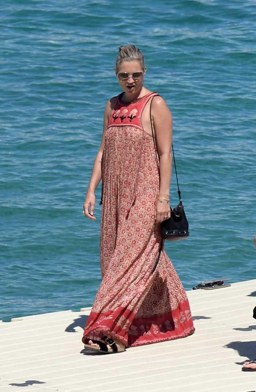 , Кейт Мосс: Η άφιξη με σκάφος στη Μύκονο!! [фото]