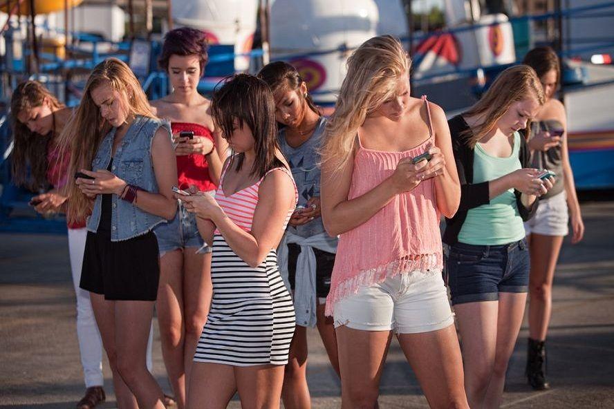 """, Έρευνα shock!! Νέοι με μικρά """"κέρατα"""" λόγω αυξημένης χρήσης του κινητού"""
